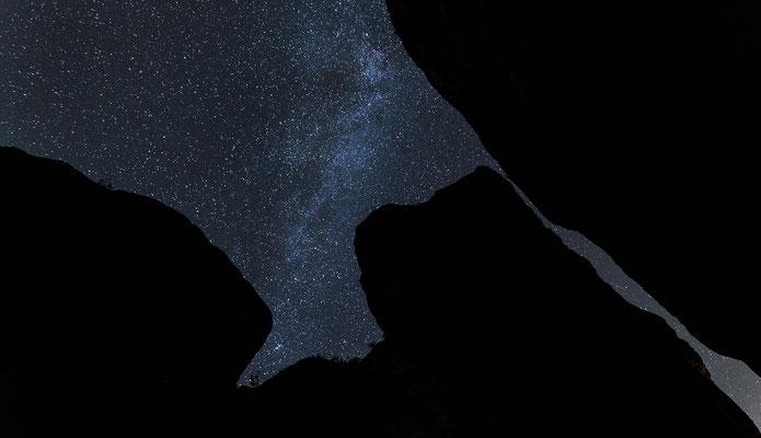 Sternenfotografie auf der Bastei. Die Felsen kommen auf diesem Foto nur als geheimnissvolle Schattenumrisse ins Spiel. ISO 3200, 15mm, f/2.8, 20 Sek.