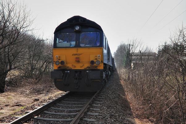 MRCE Dispolok ( Class 66 ) muss auf dem Neustädter Gleis warten bis eine 285 der ITL ihren Schotterzug befüllt hat. 28.03.2011