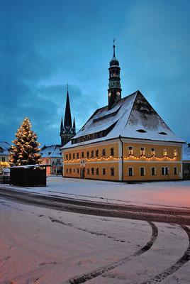 Ende 2014 in einer kalten Dezembernacht konnte endlich ein über mehrere Jahre geplantes Motiv umgesetzt werden. Der Neustädter Markt, frisch verschneit und mit Weihnachtsbeleuchtung...