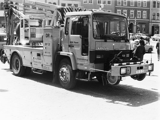 Ein Volvo FL6 (produziert ab 1985) als Brückeninspektionsfahrzeug (2-Wege-Fahrzeug) der Deutschen Reichsbahn auf dem Sebnitzer Markt. Ende der 80ér, Foto: Archiv Sven Kasperzek.