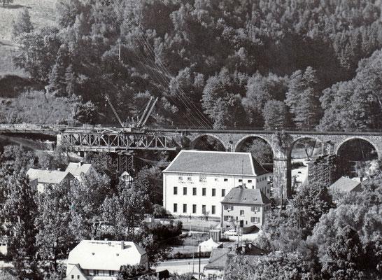 Errichtung einer Behelfsbrücke am Hainersdorfer Viadukt, auch hier steht die Sprengung kurz bevor... März / April 1985, Foto: Archiv Sven Kasperzek.