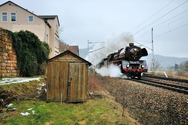 Einen Tag darauf zogen 03 1010 und 35 1097 den Zug in Doppelbespannung ab Pirna bis Decin, hier donnert die Fuhre eindrucksvoll durch Königstein. 06.04.13