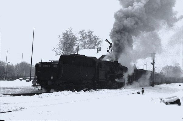 N 65272 nach Bischofswerda. Nach einer Zugkreuzung Anfahrt in Neukirch -West im Winter 1985. Foto: Lutz Morgenstern