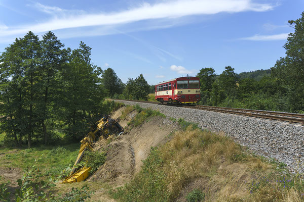Beim Versuch ein neues Brückenteil in Brtníky einzuheben verunglückte im Mai 2018 ein Gottwald Eisenbahn-Drehkran. Er lag bis zu seiner Bergung im Sommer am Bahndamm, für die Bergung musste er zerlegt werden. 810 668-4 nach Mikulášovice, 01.07.18