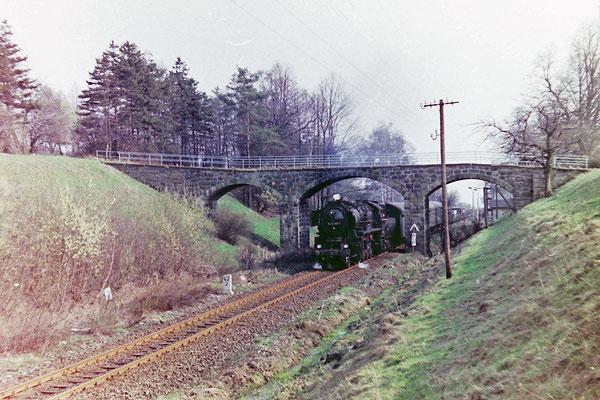 52 8183 mit Planleistung an 2-achsigen Rekowagen von Bad Schandau nach Bautzen in Krumhermsdorf. 20.04.1984