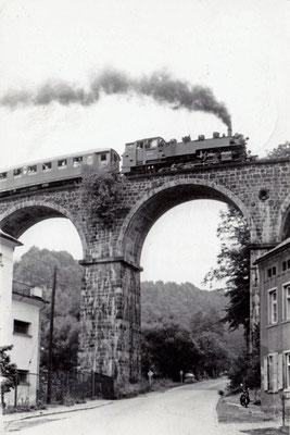 Sonderzug mit BR 86 in Richtung Sebnitz auf dem Hainersdorfer Viadukt, 1984. Foto: Archiv Sven Kasperzek.