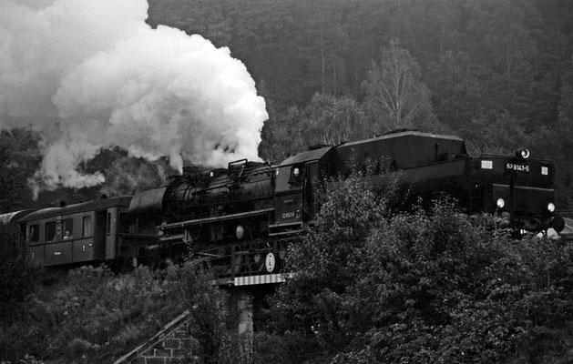 52 8141 der Ostsächsischen Eisenbahnfreunde hat Rathmannsdorf verlassen und wird in wenigen Augenblicken die Elbe auf der Carolabrücke überqueren, 1996, Foto: Jürgen Vogel