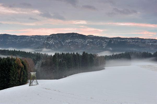 Blick vom Schaarwändeweg in die hintere Sächsische Schweiz. Zuvor hatte es auf den Schnee geregnet, am Abend entstand dadurch Nebel. ISO 200, 50mm, f/5.6, 1/60sek.