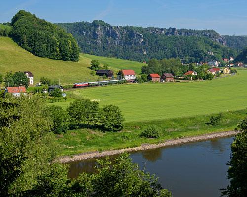 Sonderzug des Lausitzer Dampflokclubs von Cottbus nach Bad Schandau, wegen Waldbrandgefahr gezogen von WFL 232 233. Hier mit Blick zur Bastei bei Rathen, 06.06.15