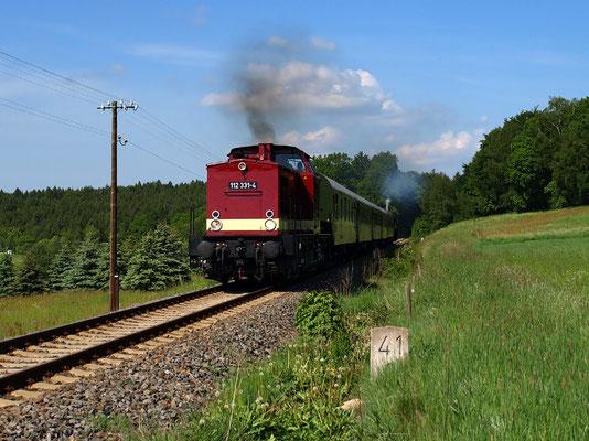 Die Fahrten zum Fest 675 Jahre Neustadt in Sachsen waren ein voller Erfolg, das ganze Wochenende über gab es bestes Wetter und die 112 und 52 zauberten die gute alte Eisenbahnromantik ins Sebnitztal, wie hier bei Krumhermsdorf, Foto: Friedemann Riebe