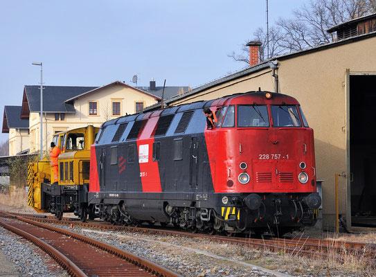 Viele Jahre lang waren in Neustadt eine Schneefräse und der Schneepflug Bauart Meiningen stationiert. Seit Ende November ist das Geschichte. Lok 228 757 rangiert mit der Fräse vor dem Neustädter Lokschuppen. 21.11.11