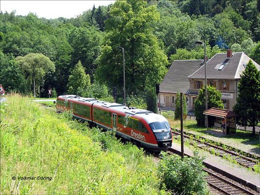 Für einige Zeit waren auf der Sebnitztalbahn auch die Desiros mit der Aufschrift des Dresdner Flughafens anzutreffen, hier wartet einer davon im Bahnhof Ulbersdorf auf Ausfahrt Richtung Sebnitz, 01.07.2006, Foto: Volkmar Döring