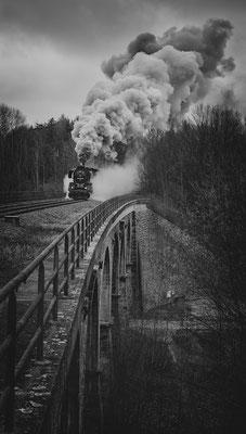Sonderfahrt der Ostsächsischen Eisenbahnfreunde  mit 50 3648 von Löbau nach Rybniste (CZ). Hier auf dem Viadukt über den Höllengrund bei Großschweidnitz. 03.12.16