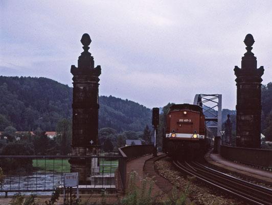 202 407-3 mit ihrem Zug von Neustadt auf der Carolabrücke in Bad Schandau, 1996