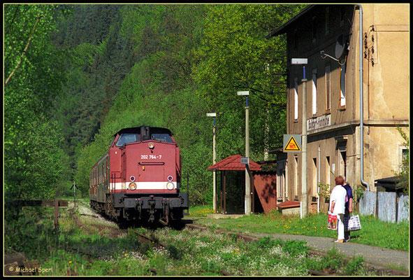 202 764 am 11. Mai 2001 in Goßdorf Kohlmühle. Wenigstens zwei Fahrgäste wollen mit in Richtung Sebnitz / Neustadt. Foto: Archiv Michael Sperl