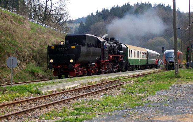 Zum ersten Mal auf der Sebnitztalbahn im Einsatz: Die 52 8080-5 der OSEF, hier bei der Zugkreuzung in Ulbersdorf, April 2005