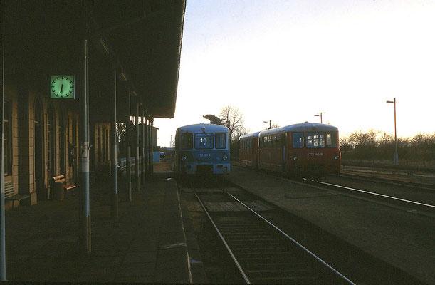 Ferkeltreffen in verschiedenen Farbschemas: Aufgenommen in Dürrröhrsdorf (Strecke Pirna - Neustadt) am 30. März 1995. Foto: Archiv Uwe Schmidt