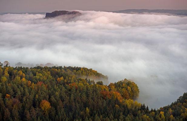 Blick vom Gohrisch zum Lilienstein, der sich mal wieder als berüchtigter Fels in der (Nebel)-brandung zeigt. ISO 50, 70mm, f/6.3, 1,3 Sek.