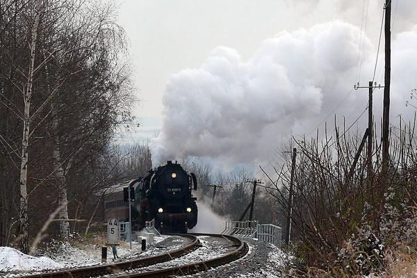 Hier dampft der Zug aus dem Wald bei Lohmen, im Hintergrund lässt sich das Elbtal erahnen. Noch stehen hier Telegrafenmasten was die schöne Szene noch etwas nostalgischer macht. 28.11.10, Foto: Andreas Peldschus