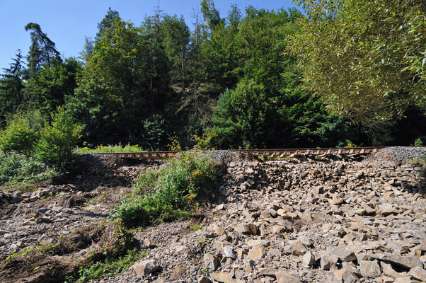 Blick auf die zerstörte Stelle bei Kilometer 58,0 unterhalb des Raubschlosses, 20.08.10