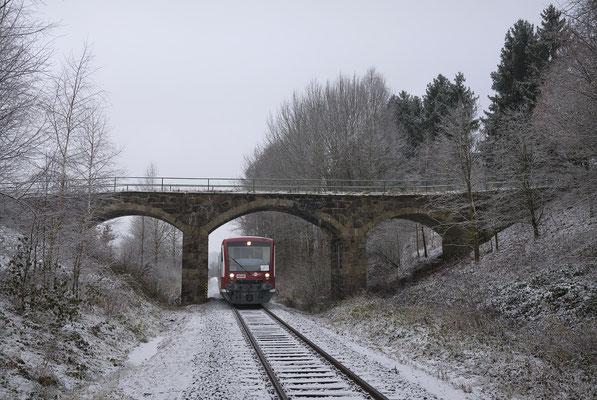 Gleich nachdem der RS1 diese Unterführung passiert hat läuft er in den Haltepunkt Krumhermsdorf ein. 07.12.16