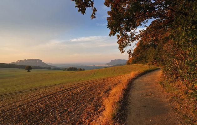 Unterhalb des Pfaffensteins. Blick zu Festung Königstein (links) und Lilienstein. ISO 200, 14mm, f/7.1, 1/60sek.