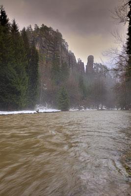 Die Polenz voll mit Schmelzwasser und von oben prasselt weiterer Regen herab. Eigentlich überhaupt kein Fotowetter... eigentlich... ;-) Am Polenztalwächter. ISO 100, 16mm, f/9.0, 1/15sek.