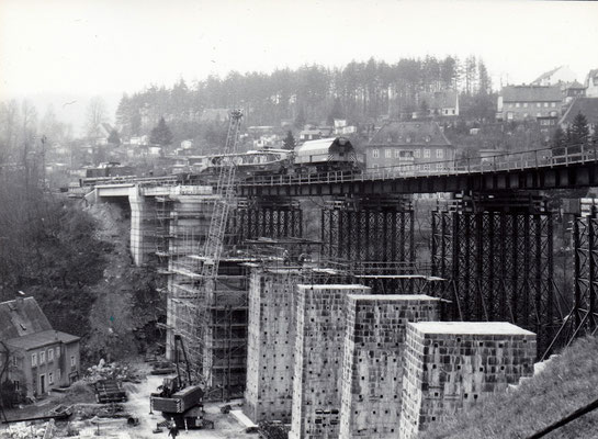 Mit Hilfe eines Eisenbahndrehkrans werden die Beton-Fertigelemente von Gleisseite an Ort und Stelle gebracht. Foto: Archiv Sven Kasperzek.