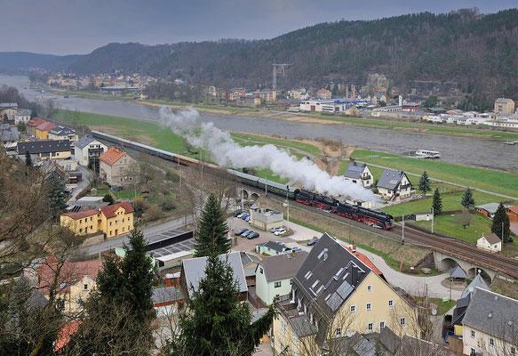 Sonderzug mit 01 509 & 35 1097 von Zwickau nach Chomutov in Tschechien. Aufgenommen von der Carolaaussicht in Krippen. 29.03.15