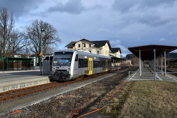 Nach ewigem Stillstand wurde am 10.02.2020 der Zugverkehr auf der Strecke Neustadt - Pirna durch die Transdev / Mitteldeutsche Regiobahn wieder aufgenommen. Ein VT 020 verlässt den Bahnhof Neustadt. Foto: Axel Förster