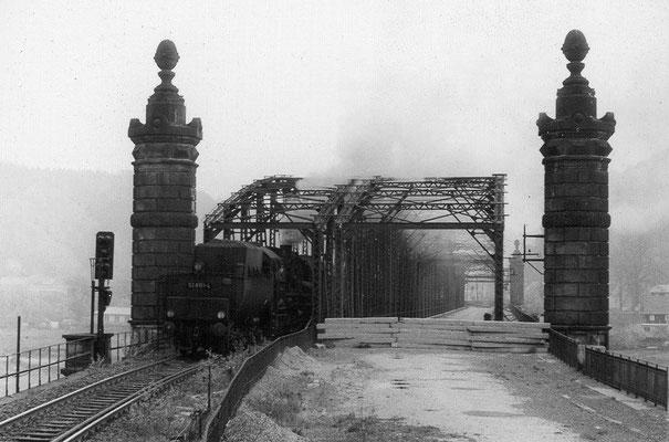 BR 52 mit Personenzug von Neustadt kommend auf der Carolabrücke in Bad Schandau, kurz vor dem Abriss und der Rekonstruktion dieser Brücke, Mitte der 80ér Jahre. Archiv: Sven Kasperzek
