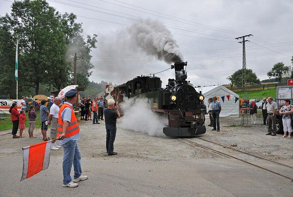 Gleich nach dem Bahnhof folgt die Straßenquerung. 27.08.2011