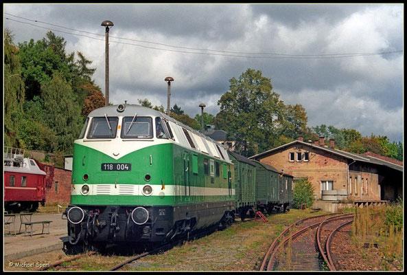 Am 17. September 2000 gab es eine kleine Fahrzeugausstellung am Bf.Sebnitz, an der auch die damals nahezu HU-frische 118 004 der ITL Eisenbahngesellschaft teilnahm. Foto: Archiv Michael Sperl