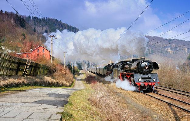 Am 07.04.13 reichte es dann auf tschechischer Seite sogar zum zeitlich perfekt getimtem Sonnenmoment. Bei Dolni Zleb kämpft sich der lange Zug eindrucksvoll durch die Steigung.