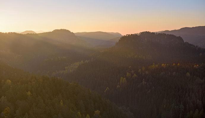 Sächsische Schweiz im morgendlichen Streiflicht, aufgenommen von der Großsteinkanzel. ISO 50, 48mm, f/5.6, 1/60sek.