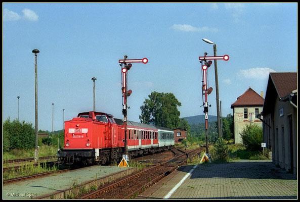 202 310 fährt von Bautzen kommend am 13. August 2000 in den Bf.Wilthen ein. Foto: Archiv Michael Sperl