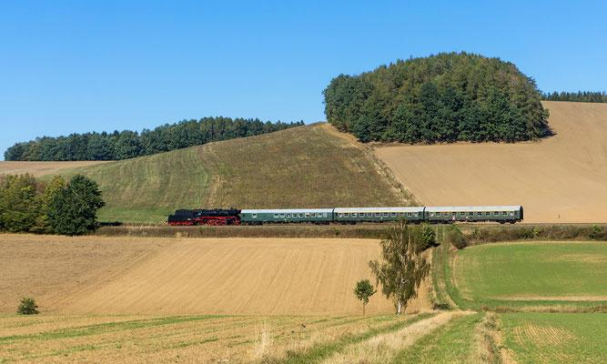 Nach einem kurzen Halt in Neustadt ging es Tender voran wieder zurück nach Pirna, hier am Karrenberg zwischen Neustadt und Langenwolmsdorf. Foto: Jürgen Vogel