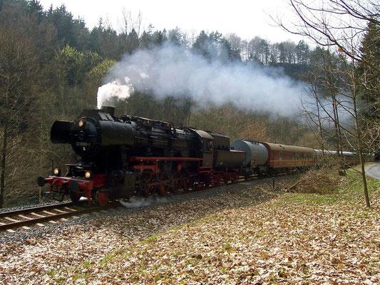 Auch 52 8080-5 war an diesem Tag an den Sonderfahrten beteiligt, hier im Wald kurz nach Porschdorf Richtung Sebnitz, 22.04.2006