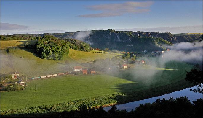 An einem zeitigen Maimorgen 2014 kämpft sich die 189 der ITL bei Rathen durch die letzten Nebelschwaden der Nacht.