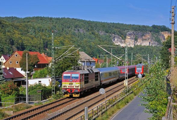 Kurz darauf folgte 371 005 mit ihrem IC, ebenfalls in Wehlen. September 2011.