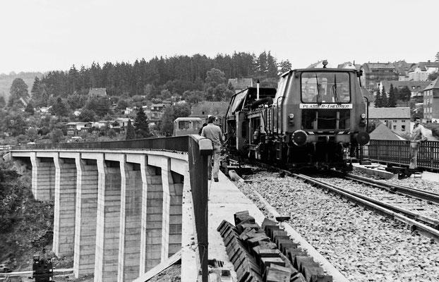 Gleisstopfmaschine auf dem fast fertig gestellten Gleiskörper. Hier liegt noch die bereits auf der Brücke beginnende Weiche welche heute nicht mehr existiert.