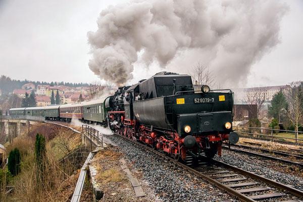 52 8079 mit dem Adventssonderzug von Bad Schandau nach Neustadt. Hier überquert der Zug das Sebnitzer Stadtviadukt. Foto: Robert Schleusener, 02.12.18
