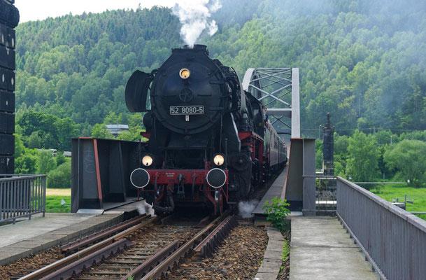 52 8080-5 auf der Carolabrücke vor der Einfahrt im HP Rathmannsdorf ( Sonderfahrten zum Fest 675 Jahre Neustadt in Sachsen, Mai 2008 )