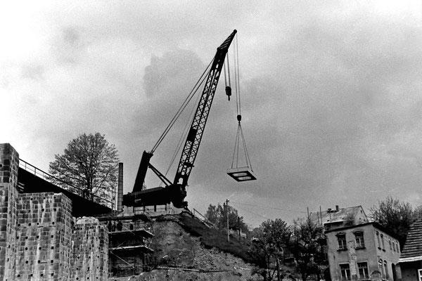 Einheben der neuen Beton-Fertigelemente mittels Eisenbahn-Drehkran.