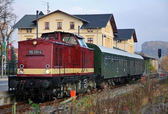 Ein wenig verweilte der Zug noch in Neustadt und konnte so von den unzähligen Fotoapparaten in aller Ruhe aufgenommen werden. 05.11.11