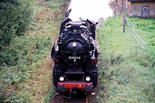Sonderzug mit 52 8141-5 am Haltepunkt Krumhermsdorf, Foto: Jürgen Vogel 1996
