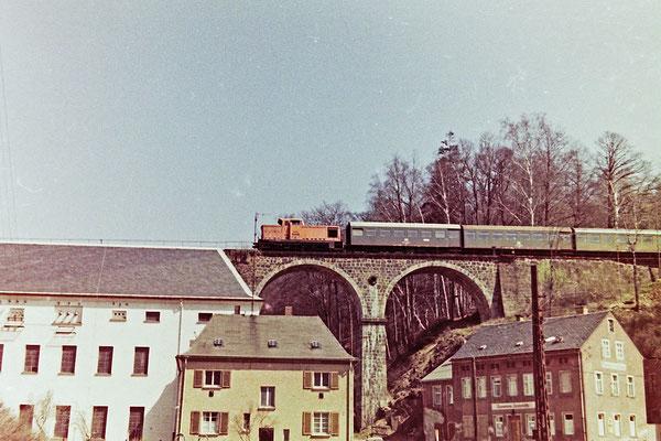 """Auch das gab es: """"Goldbroiler mit Genickschusswagen"""", oder auch richtig: V 60 vor Rekowagen Bg. Sicher ein seltenes Ereignis, dass eine V 60 im Personenzugdienst Aushilfe leisten musste. Hier auf dem alten Hainersdorfer Viadukt Richtung Bad Schandau."""