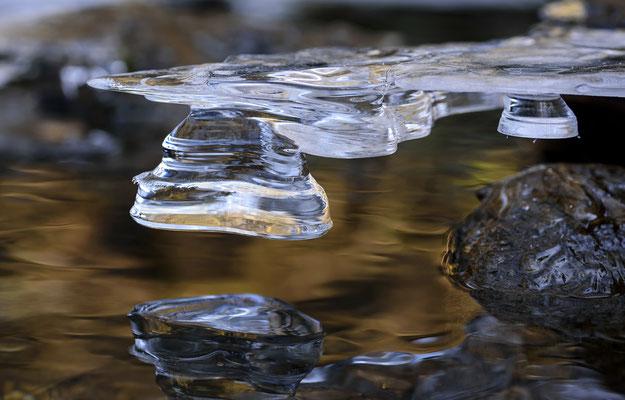 Doch auch die kleinen Eiskunstwerke in der Wesenitz wissen zu gefallen. ISO 200, 90mm, f/8.0, 1/50sek.