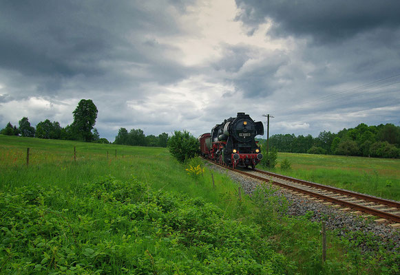 Unter einem dramatischen Himmel dampft die 52 8080 hier bei Krumhermsdorf durch das frische Grün nach Neustadt in Sachsen. 24.05.2008