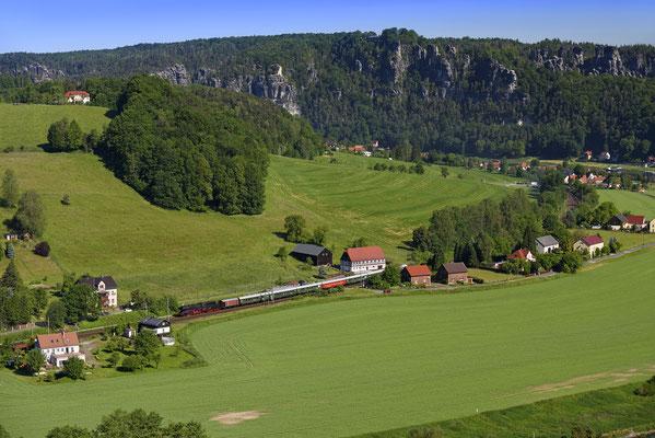 Mit 50 3610 ist im Mai 2017 ein Sonderzug auf der Elbtalbahn unterwegs nach Tschechien. Eine wunderschöne Beigabe bei diesem tollen Blick auf das Felsmassiv der Bastei im Elbsandsteingebirge.